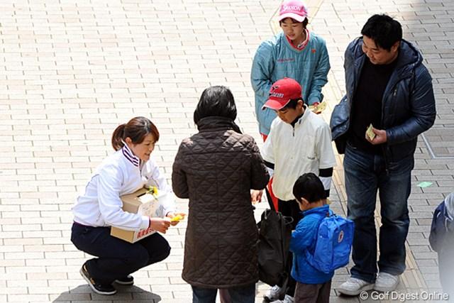 2011年 ホットニュース 諸見里しのぶ 神戸在住の諸見里しのぶ。博多に続いて2度目の募金活動。この日は小さな子供達からの募金が目立った
