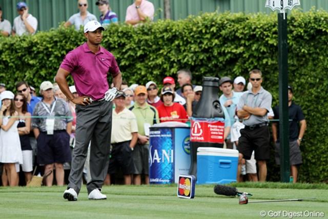 2011年 アーノルド・パーマーインビテーショナル 3日目 タイガー・ウッズ タイガー・ウッズは9番のティショットを左に曲げ、クラブを落として悔しがる
