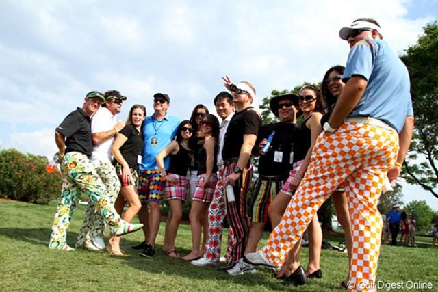2011年 アーノルド・パーマーインビテーショナル 3日目 ラウドマウス・ゴルフ ラウドマウス・ゴルフ。コースの一角ににぎやかな一団が。ジョン・デーリーなどが着ていることでも有名