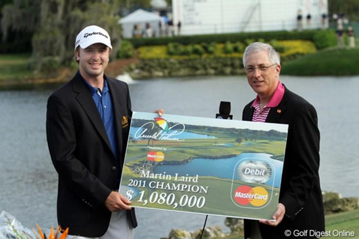 優勝賞金108万ドルを受け取るマーティン・レアード。大会はこの金額以上のチャリティを行っている 2011年 アーノルド・パーマーインビテーショナル 最終日 マーティン・レアード