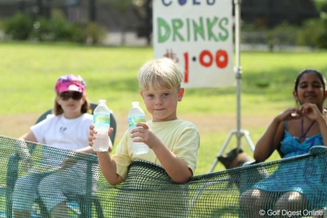 暑い日には水が飛ぶように売れるコース外の売店。値段もお手ごろ