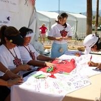 被災地に向けたメッセージを書き込むフリエタ・グラナダ フリエタ・グラナダ 2011年クラフトナビスコチャンピオンシップ