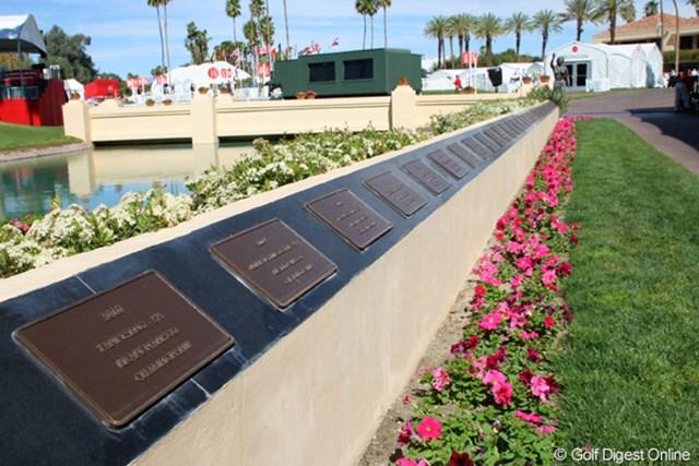 石版 2011年クラフトナビスコチャンピオンシップ 18番グリーンへと通じる道には、歴代優勝者の刻まれた石版が並ぶ