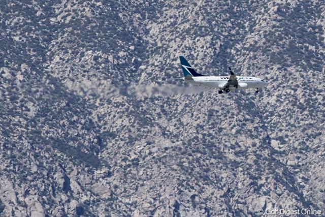 飛行機 2011年クラフトナビスコチャンピオンシップ 山肌をかすめるように降下する航空機。最寄の空港はパームスプリングス空港