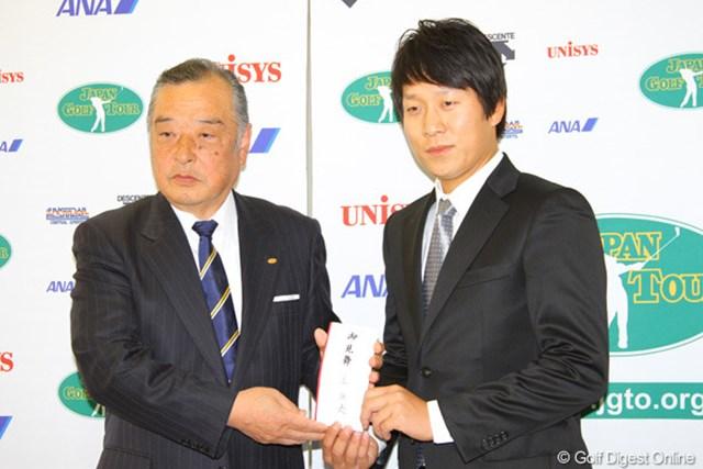 「今自分にできることを」義援金1000万円をJGTO小泉直会長に直接手渡した