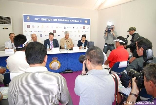 会見にはモロッコ国営テレビ他、各国からのメディアが大勢詰め掛けた