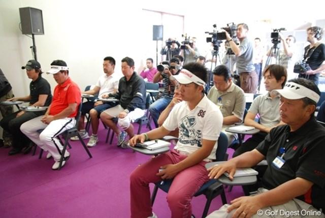 大会主催者からの暖かいメッセージに聞き入る日本人選手