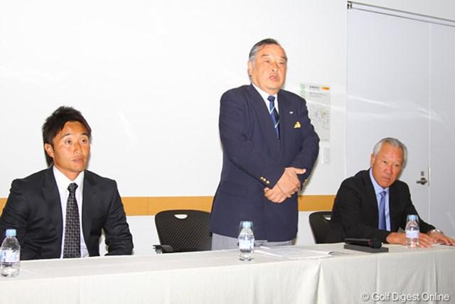 選手会長の宮本勝昌、JGTO小泉直会長、JGTO特別顧問の青木功(左から)