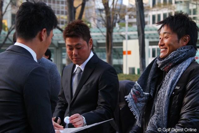 選手会長の宮本勝昌と、街頭募金に駆けつけた谷原秀人