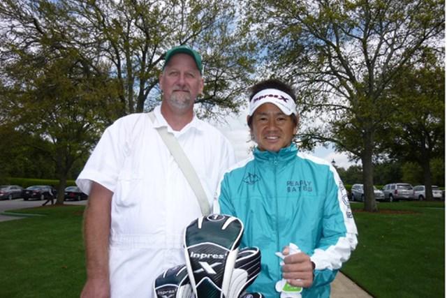 今日まではオーガスタナショナルGCのキャディがバッグを担いで藤田さんをサポート