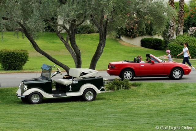 2011年 クラフトナビスコチャンピオンシップ 3日目 ゴルフカート 右はフツウの乗用車、左はゴルフカート