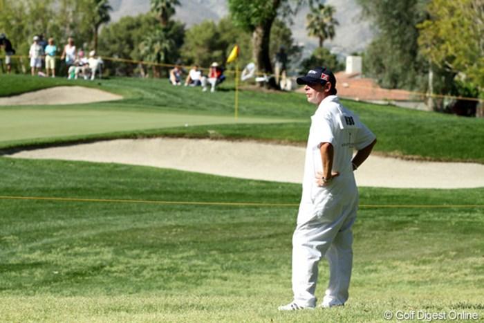 カリー・ウェブのキャディ=カリー・ウェブのキャディがスタート1時間前に1番グリーン横に登場。グリーンの硬さと転がりをチェック 2011年 クラフトナビスコチャンピオンシップ 最終日 カリー・ウェブ