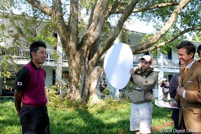 2011年 マスターズ 事前情報 松山英樹 米テレビ局のインタビューを受ける松山英樹。やはり震災の話題も多く上っていた