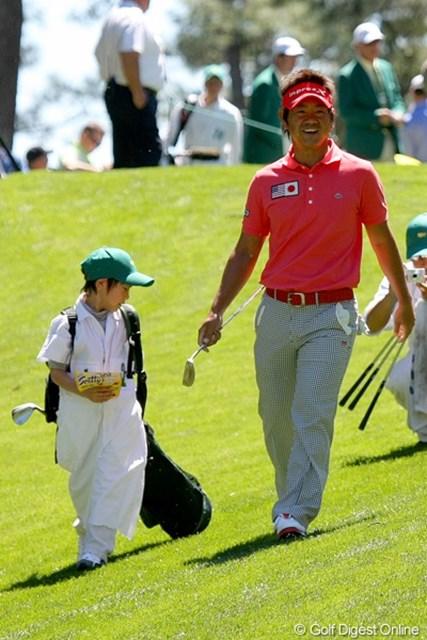 2011年 マスターズ事前情報 藤田寛之 パー3コンテストには、長男の大稀くん(7歳)と出場した藤田寛之。キャディバッグ、引きずってますよ!