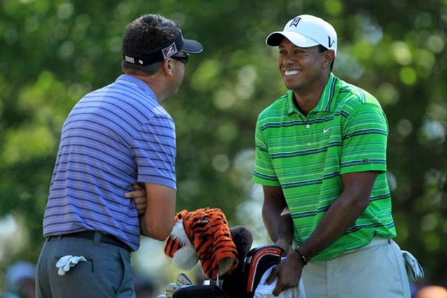 2011年 マスターズ初日 タイガー・ウッズ 何が楽しいのでしょう!?初日のタイガーは笑顔が目立ったが、スコアは1アンダーと静かなゴルフだ(David Cannon/Getty Images)