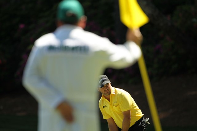 2011年 マスターズ初日 グレーム・マクドウェル キャディさんの足元にカップが切られているのですが。これがオーガスタのアンジュレーションです(Jamie Squire/Getty Images)