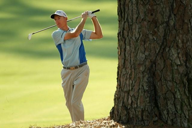 2011年 マスターズ初日 ジム・ヒューリック 大きな松の木があるから、クラブを目いっぱい短く持ってスイングを行うジム・ヒューリック(Jamie Squire/Getty Images)