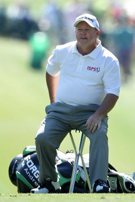 歴代優勝者のイアン・ウーズナム。腰の状態が良くないのでしょう、椅子を持ち込んでいます(Andrew Redington/Getty Images) 2011年 マスターズ初日 イアン・ウーズナム