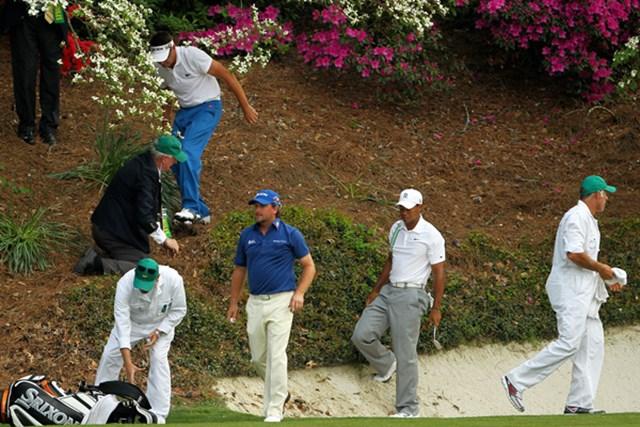 同じく12番でG.マクドウェルのボールを一緒に探すタイガー・ウッズ(Jamie Squire/Getty Images)