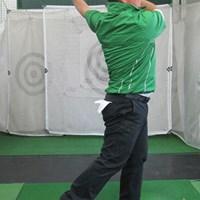 フォローでは左足の内側で体重を支えよう 上達ヒント 畳一畳でできる!おウチでエコ練 第一弾「飛距離アップのドリル」 NO.4