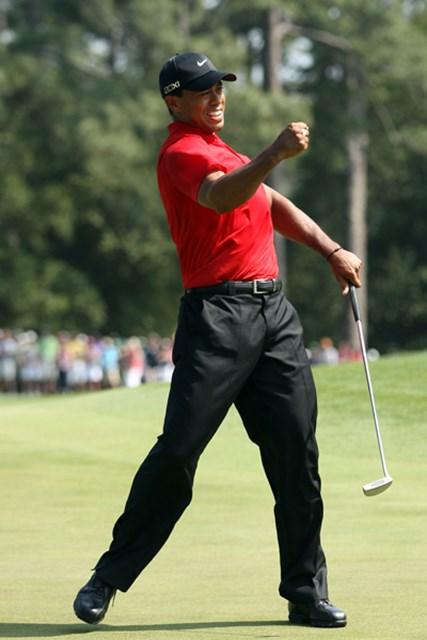 2011年 マスターズ最終日 タイガー・ウッズ 8番パー5でイーグルを奪い渾身の雄叫び!優勝争いに加わった(Andrew Redington/Getty Images)