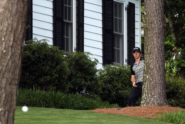 2011年 マスターズ最終日 ロリー・マキロイ 悪夢の10番、左サイドのキャビン前から脱出を試みるR.マキロイ(Andrew Redington/Getty Images)