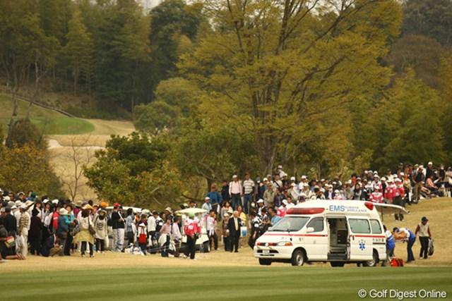 2011年 東建ホームメイトカップ 2日目 救急車 打球事故発生!救急車がフェアウェイに・・・。皆さんも観戦中はお気を付けて!