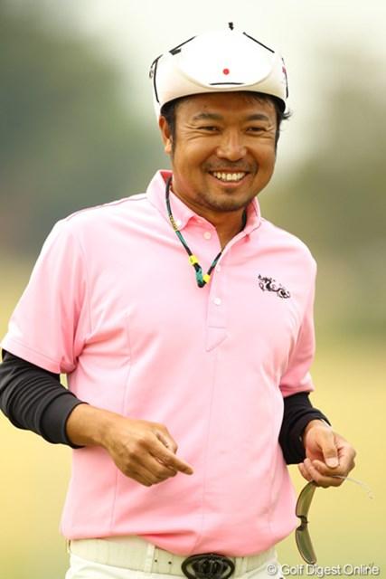 2011年 東建ホームメイトカップ 2日目 片山晋呉 ホールアウト後、満面の笑みです。今週は日の丸を付けて戦います。単独トップに躍り出ました