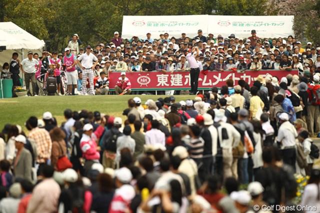2011年 東建ホームメイトカップ 2日目 石川遼 10番ホール 石川くんのスタート時、最終日最終組かと思うようなギャラリーの数でした