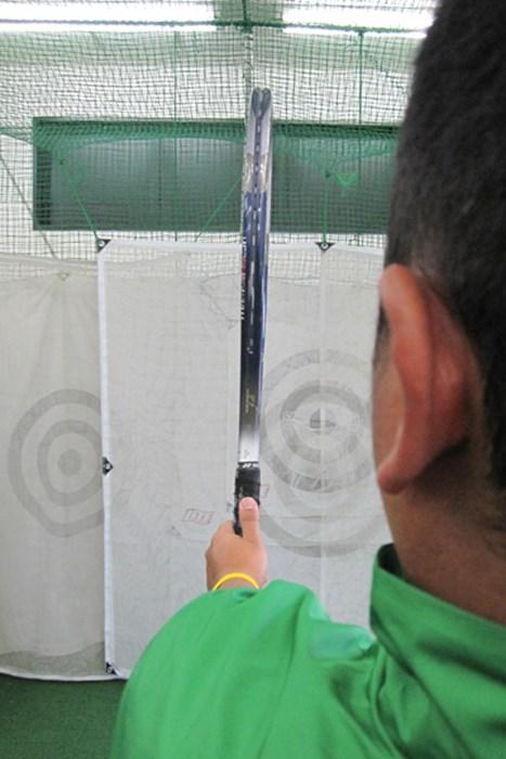ラケットの面を目標方向に合わせる。面が大きいため、フェースがどこを向いているのかが一目瞭然 上達ヒント 畳一畳でできる!おウチでエコ練 第二弾「スライスを防止するドリル」 NO.2