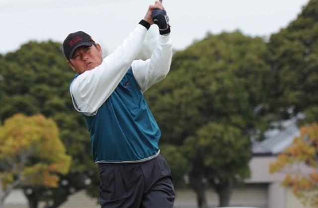 「(肌寒い天気は)関係ないけど、齢だからね(笑)。チャレンジは若い人とプレーできるのがいい」と話す主催のGMAと契約を結ぶ尾崎健夫