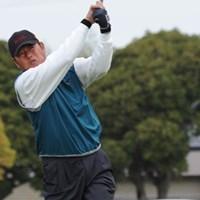 「(肌寒い天気は)関係ないけど、齢だからね(笑)。チャレンジは若い人とプレーできるのがいい」と話す主催のGMAと契約を結ぶ尾崎健夫 2011年 きみさらずGL・GMAチャレンジトーナメント 初日 尾崎健夫