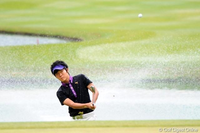 2011年 つるやオープンゴルフトーナメント 2日目 浅地洋佑 今日のヒーローは浅地君やろ!17番で噴水の池に入れながらナイスパー!本日8バーディの猛攻