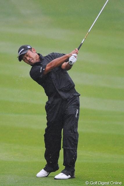 2011年 つるやオープンゴルフトーナメント 2日目 久保谷健一 午後スタート組みはアンラッキーにも終日土砂降り。そのなかで3つスコアを伸ばしたのはさすがメージャーチャンプにして米ツアー経験者!ヨイショ!2位