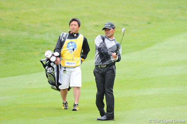 2011年 つるやオープンゴルフトーナメント 2日目 宮里優作 身体で「右に行くな!」とボールに「気」を送っています。今シーズンからスギちゃんとタッグを組みます。7アンダー