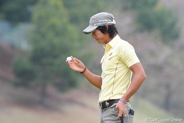 2011年 つるやオープンゴルフトーナメント 2日目 石川遼 スコアの出るコースで3ボギーは痛いなァ。悔しい気持ちをグッとこらえて、心静かにじっと手を見る?19位T