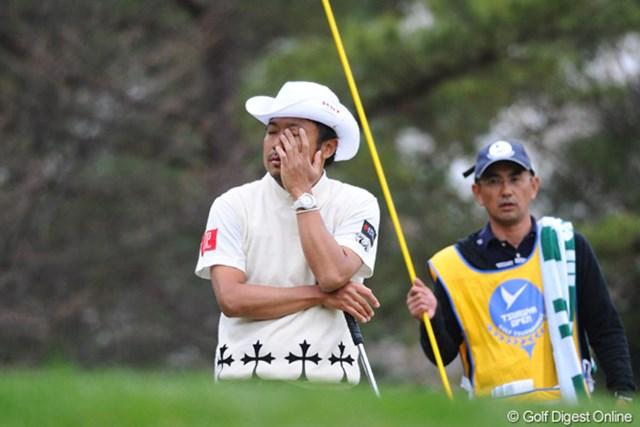 2011年 つるやオープンゴルフトーナメント 2日目 片山晋呉 バーディパットを外して思わずこの表情。キャディのOちゃんの心配そうな顔が・・・。トータル2アンダーでかろうじて予選通過