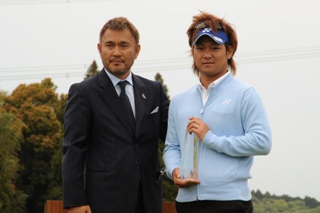 プレーオフの末、逆転優勝を果たした近藤孝宣(右)と、今大会主催のGMA岡崎社長(左)