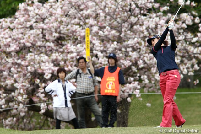 2011年 フジサンケイレディスクラシック 初日 諸見里しのぶ コースには八重桜が咲き乱れてとてもきれいです