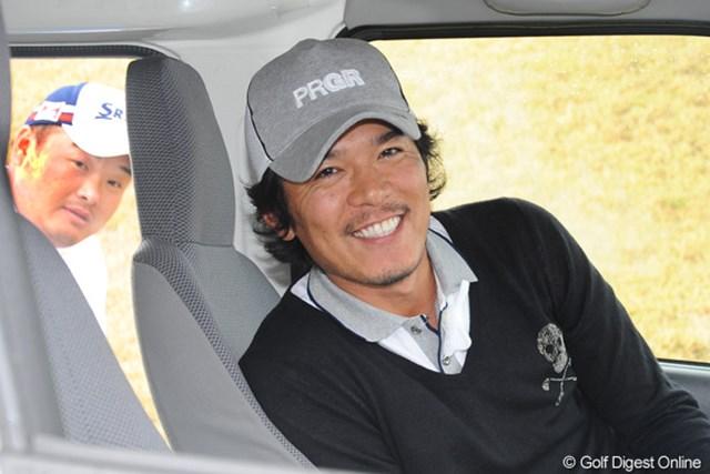 2011年 つるやオープンゴルフトーナメント 3日目 矢野東、小田孔明 送迎者の助手席で余裕の笑顔のアズマックス。車外から覗き込んでいるのは三宮に泊まると強いコーメーちゃん。二人とも本日好調でした!