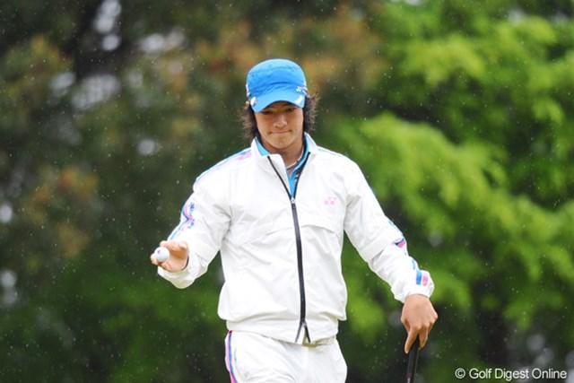 2011年 つるやオープンゴルフトーナメント 3日目 石川遼 ドシャ降りで中断中も、真っ暗になって寒い寒いホールアウト後も、しっかり練習をしてはりました。リョー君恐るべし・・・。