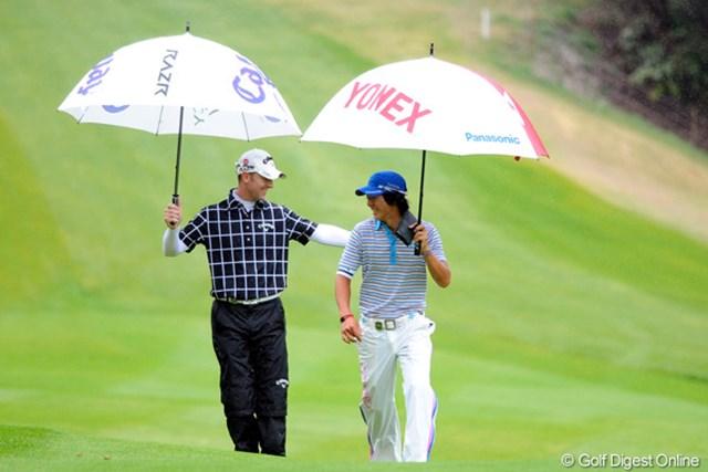 2011年 つるやオープンゴルフトーナメント 3日目 石川遼、B.ジョーンズ この二人は以前から結構仲良しなんですワ。何をしゃべってんねやろネ?BJがえらい楽しそうやん!