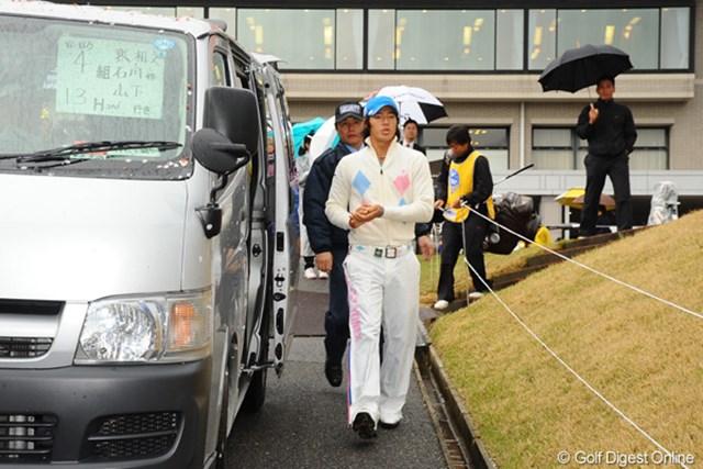 2011年 つるやオープンゴルフトーナメント 3日目 石川遼 5時間半にも及ぶ、なが~~い中断の後、12番ホールへ送迎するバスに向かう・・・。