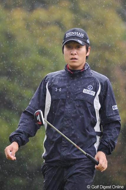 2011年 つるやオープンゴルフトーナメント 3日目 キム・キョンテ さ~すがのキョンキョンも今日のコンディションには苦しめられました。ドシャ降りうらめしや・・・