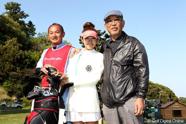 金田久美子と父・弘吉さん(右)。この2年間の苦労を共に歩み、そして初勝利の喜びを分かち合った