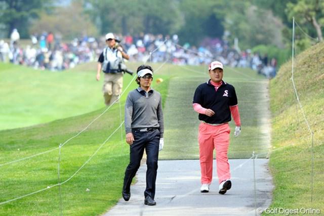 2011年 つるやオープンゴルフトーナメント 最終日 矢野東、小田孔明 大本命の二人やったけど、共に左にヒン曲げてロープの外へと向かいます。9番ホールです・・・。