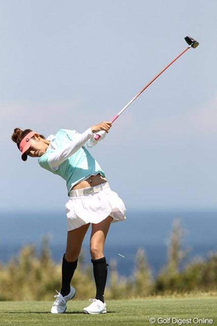 13番、晴天の川奈ゴルフクラブ、青い海を背にティショット。