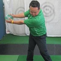 ボールのほか、クッションなどでも可。ゴルフスイングの要領で、両手で投げてみよう 上達ヒント 畳一畳でできる!おウチでエコ練 第三弾「正しいスイングイメージを習得する」 NO.3
