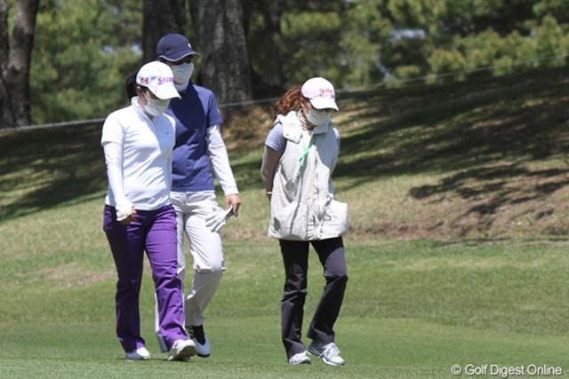2011年 サイバーエージェントレディスゴルフトーナメント 事前 李知姫 風で喉を痛めたという李知姫(中央)はサングラス&マスクでラウンド
