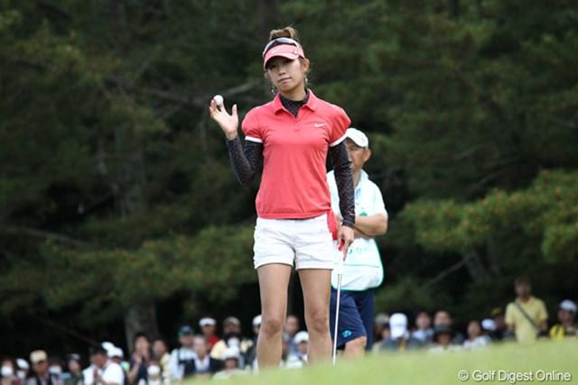 先週の最終日よりも多くのギャラリーに囲まれながら1アンダーを記録した金田久美子